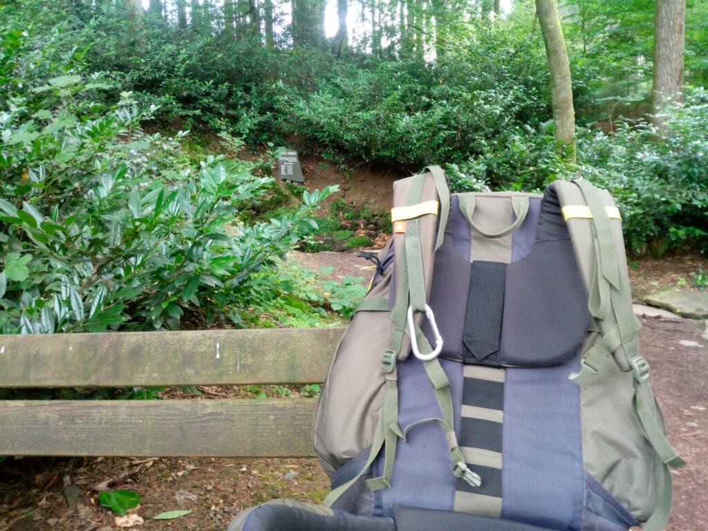 Vorbereitet im Wald. Rucksack auf einer Bank
