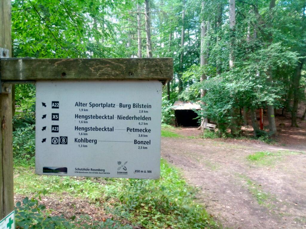 Schutzhütte auf dem Rosenberg mit Wegweiser