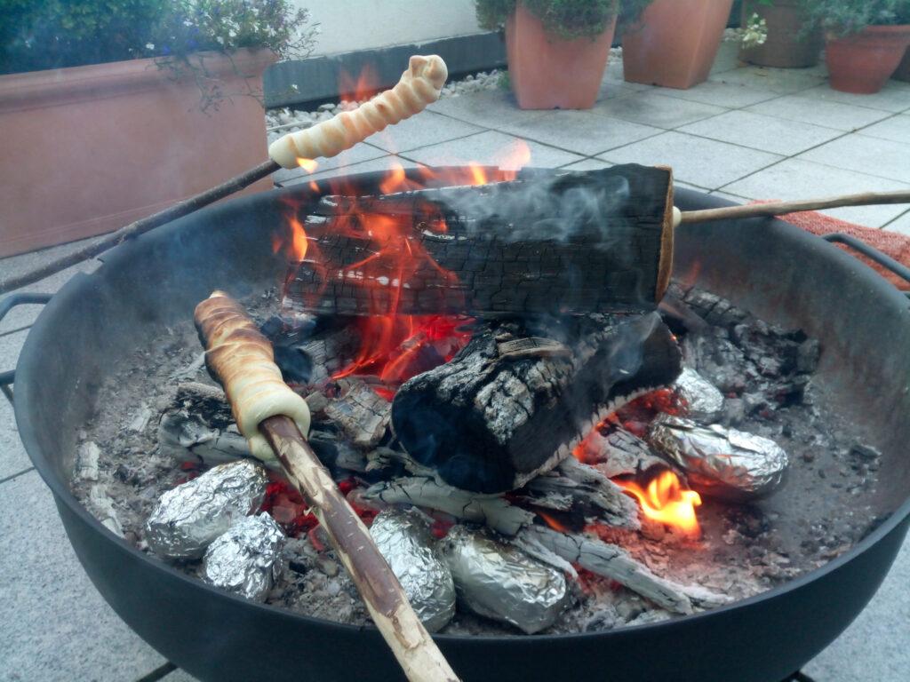 Stockbrot über dem Feuer mit ordentlich Glut in der Feuerschale