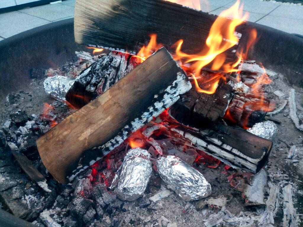 Ordentlich Glut im Feuer in der Feuerschale. Kartoffeln in der Glut.