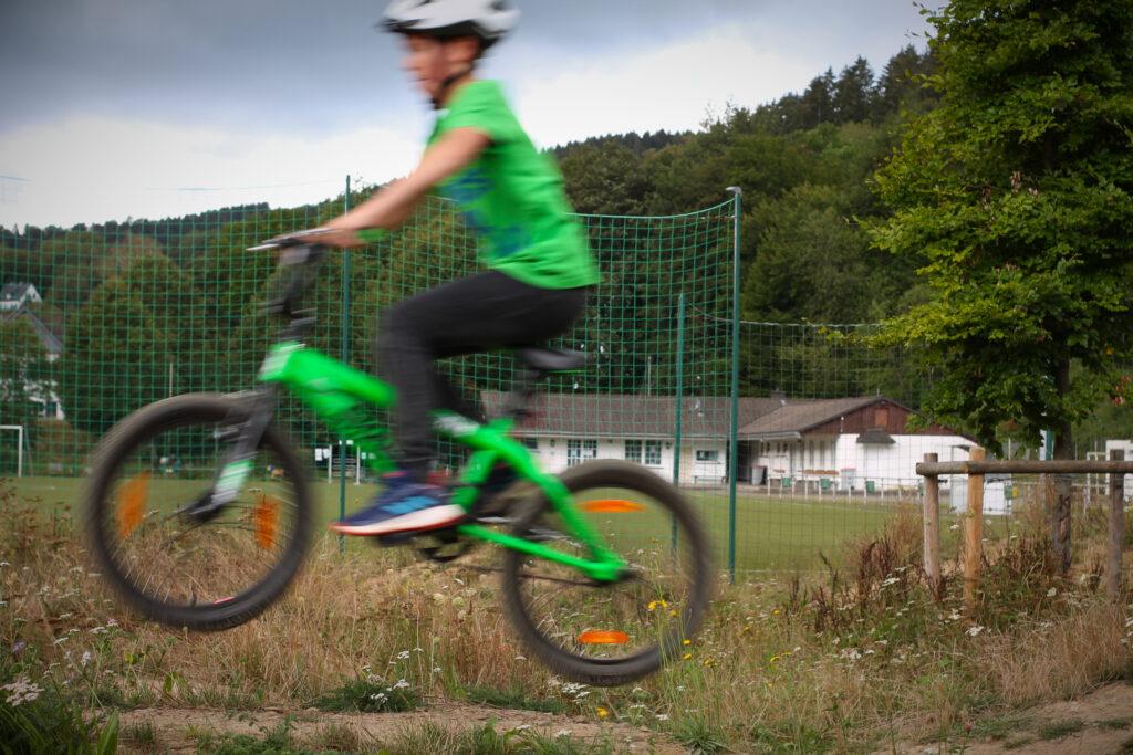 und Absprung von einem Hügel im Bikepark Veischedetal