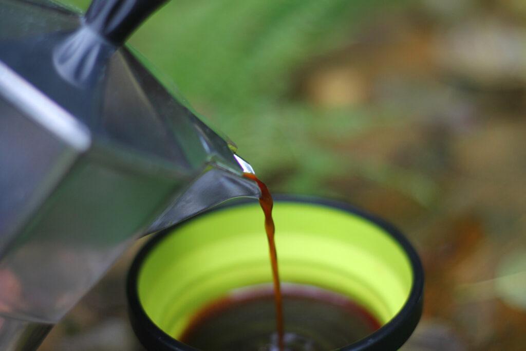 Frisch gekochten Kaffee auf Tour aus der Bialetti ausschenken