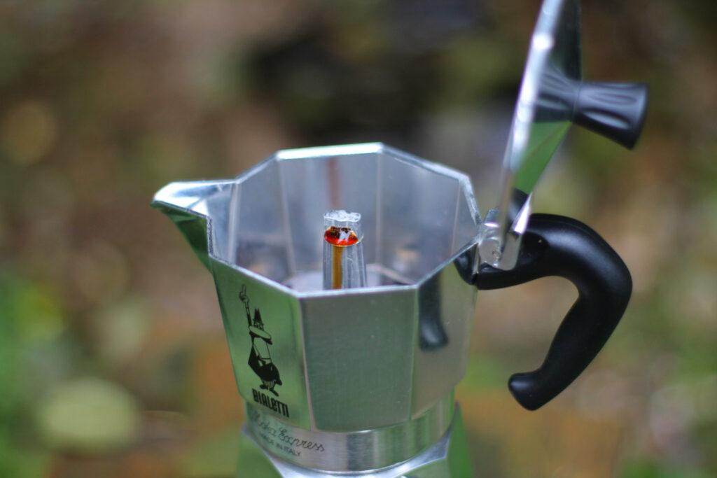 Frischer Kaffee kommt aus dem Steigrohr der Bialetti