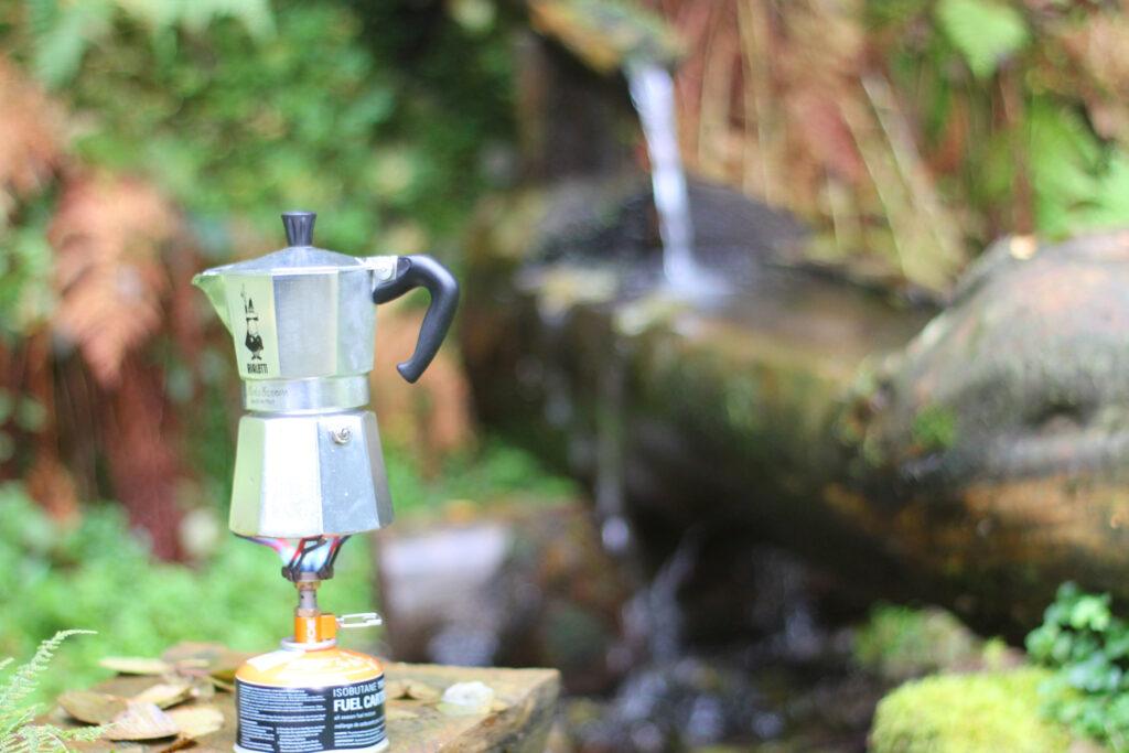Kaffee kochen mit frischem Quellwasser und der Bialetti auf dem Gaskocher