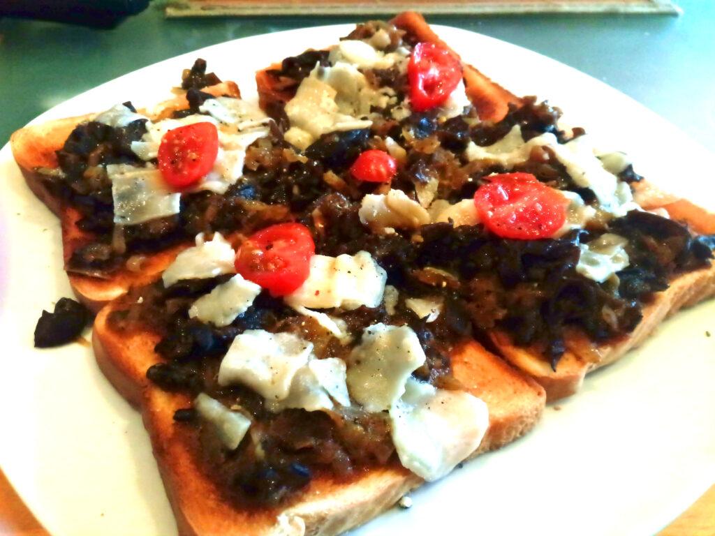 Das Judasohr (Mu-Err-Pilz) auf Toast mit Käse und Tomate angerichtet.