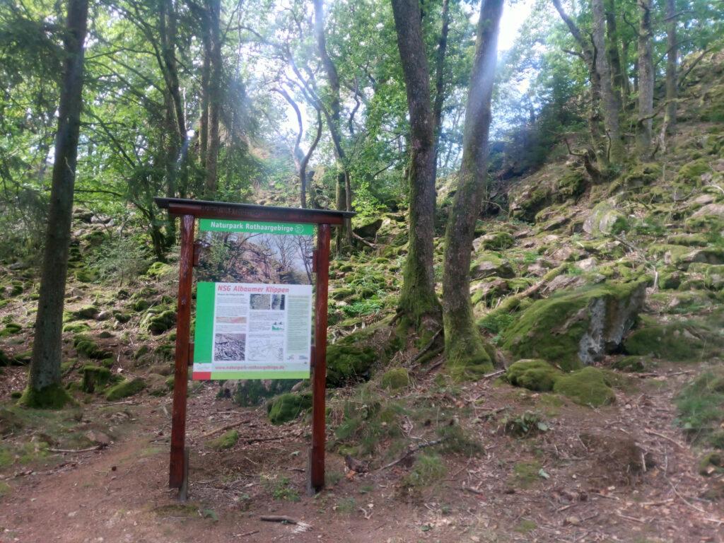 Hinweistafel des Naturschutzgebietes Albaumer Klippen aus der Entfernung