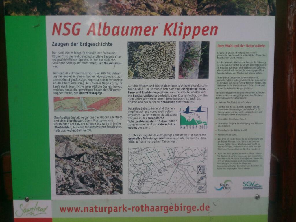 Hinweistafel des Naturschutzgebietes Albaumer Klippen aus der Nähe