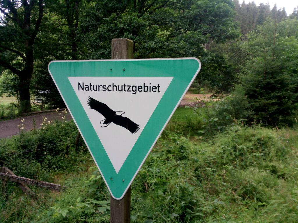 Hinweisschild Naturschutzgebiet in der Nähe von Aue-Wingeshausen