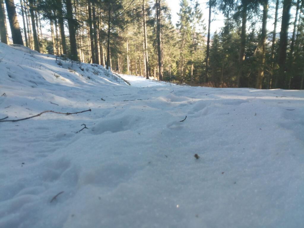 Schneebedeckter Weg in der Nähe von Lennestadt-Altenhundem