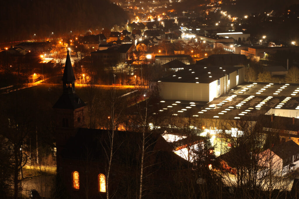 Blick auf Altenhundem und Meggen. Nachts. Belichtung von 30 Sekunden, Blende f/5,6 und ISO 200
