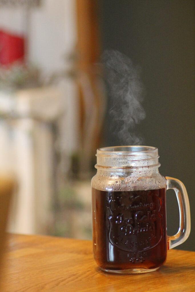Dampfender Chaga-Tee im Glas.