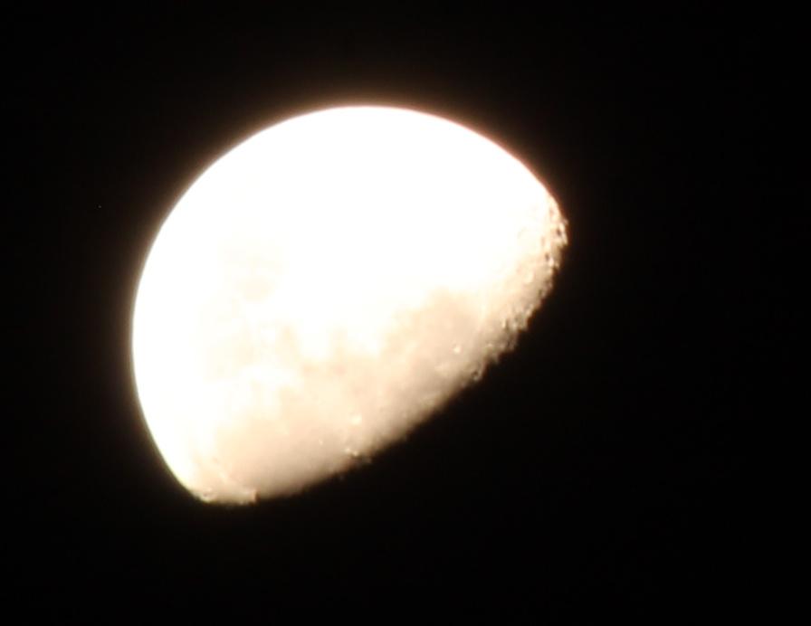 Den Mond kann man sehen, weil er von der Sonne angeleuchtet wird. Das ist bei der ISS genau so.