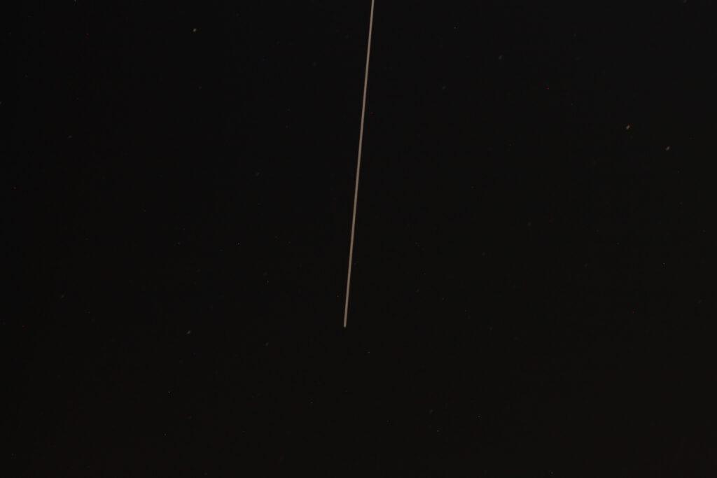 Langzeitbelichtung der Flugbahn der ISS für 30 Sekunden bei Blende f/5,6 und ISO 200