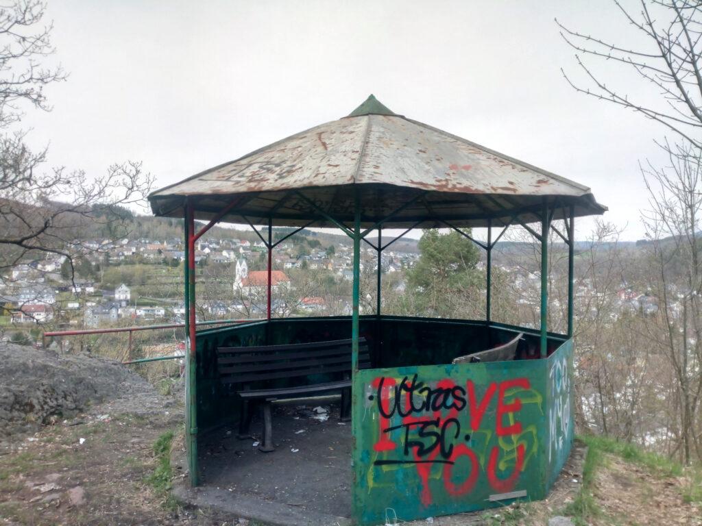 Aussichtspunkt mit Schutzhütte