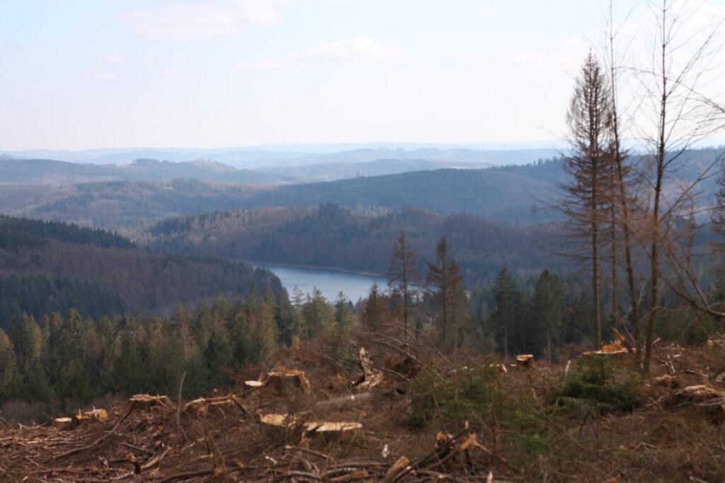 Blick auf die Breitenbach-Talsperre und Umland.