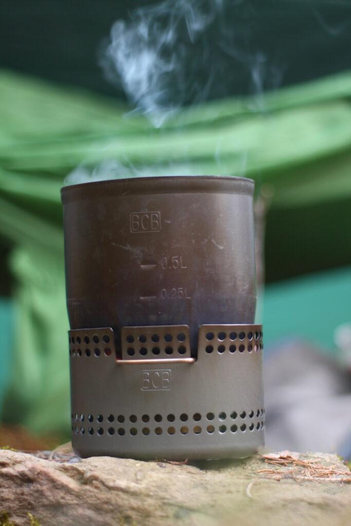 dampfender Kaffee nach einer Nacht im Wald bei 0 Grad