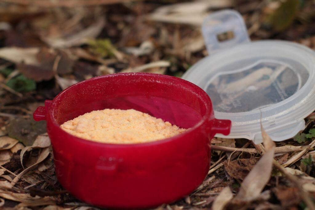 Zwei Tabletten Erbswurst in einer Lock&Lock-Dose