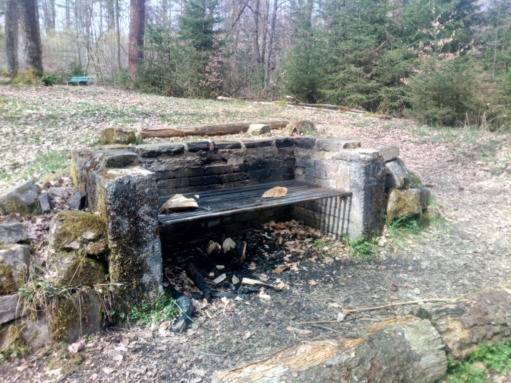Feuerstelle mit Grillrost an der Waldesstille