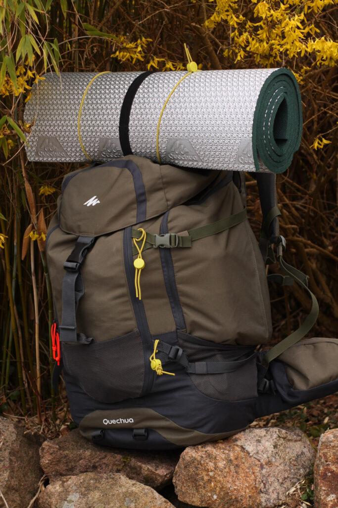 fertig gepackter Rucksack von Quechua für die Übernachtungstour bei 0 Grad im Wald
