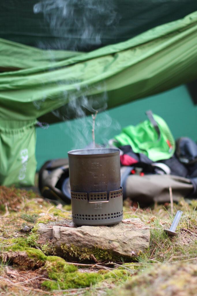 Kaffee kochen auf dem BCB-Crusader Mk2 nach der Nacht im Wald bei 0 Grad