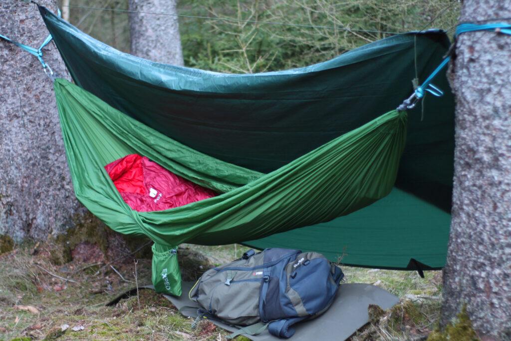 Blick auf das Lager nach der Nacht bei 0 Grad im Wald mit zurückgeschlagenem Tarp.