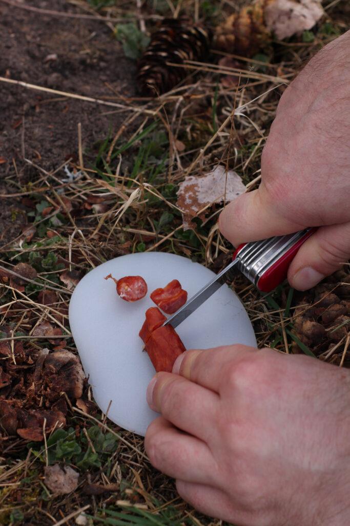Salami mit dem Victorinox klein schneiden.