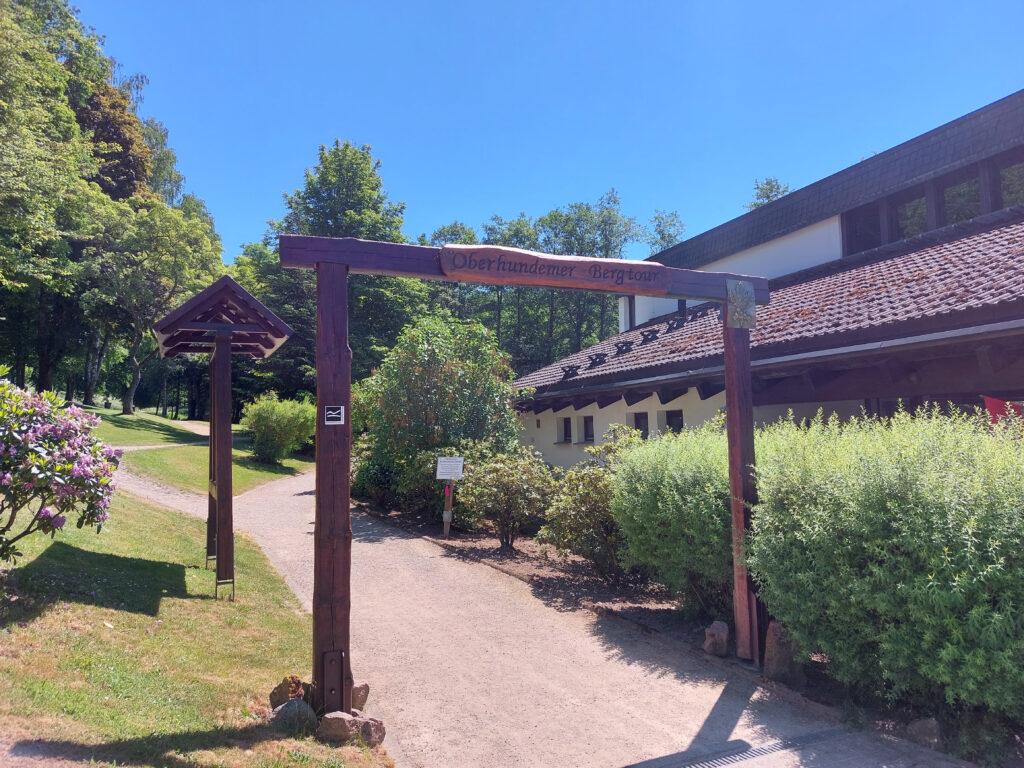 Einstieg zur Oberhundemer Bergtour am Kurpark Oberhundem.