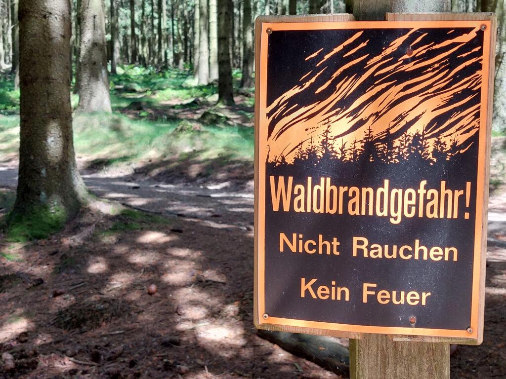 Schild zur Waldbrandgefahr. Kaffee bei Waldbrandgefahr kochen geht nicht.