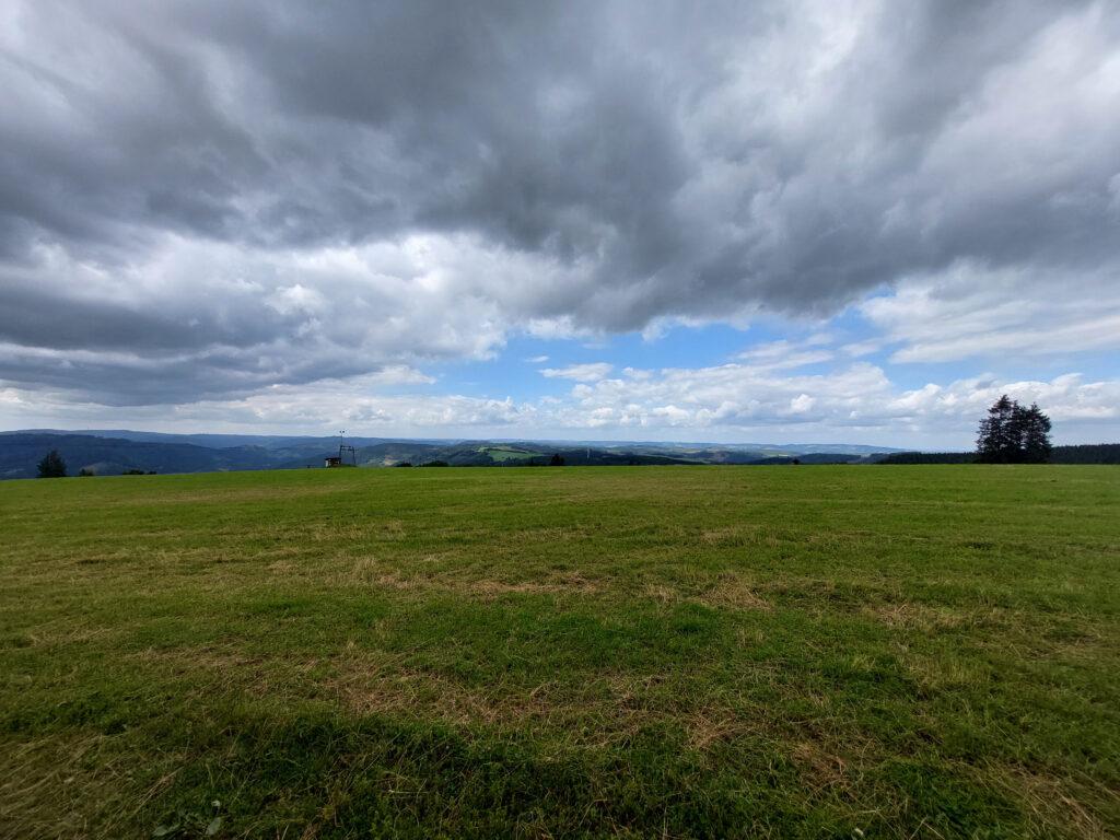 Blick vom Schomberg am Fuße des Schombergturms in Richtung Wildewiese