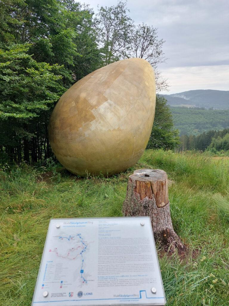 Das Ei. Eine Skulptur auf dem Waldskulpturenweg zwischen Bad Berleburg und Schmallenberg. Bei einer Wanderung im Regen ist hier wenig los...