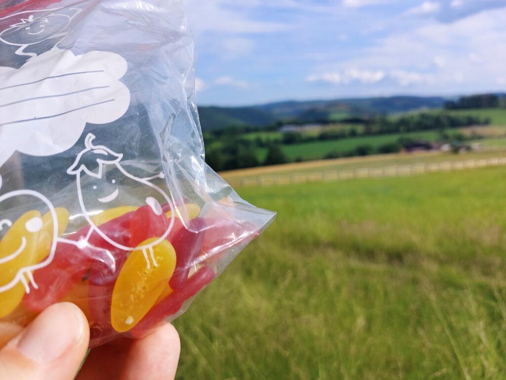 Leckere Fruchtgummis als Pausensnack beim Blick auf Schloss Berleburg.