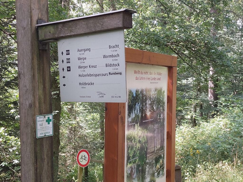 Hinweisschild am X27 zum Holzerlebnisparcours
