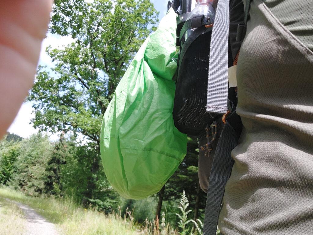 Tatonka-Packsack am Rucksack befestigt. Gefüllt mit Pfifferlingen.