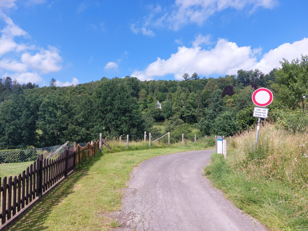Der X27 verlässt den urbanen Bereich in Schmallenberg in Richtung Wald.
