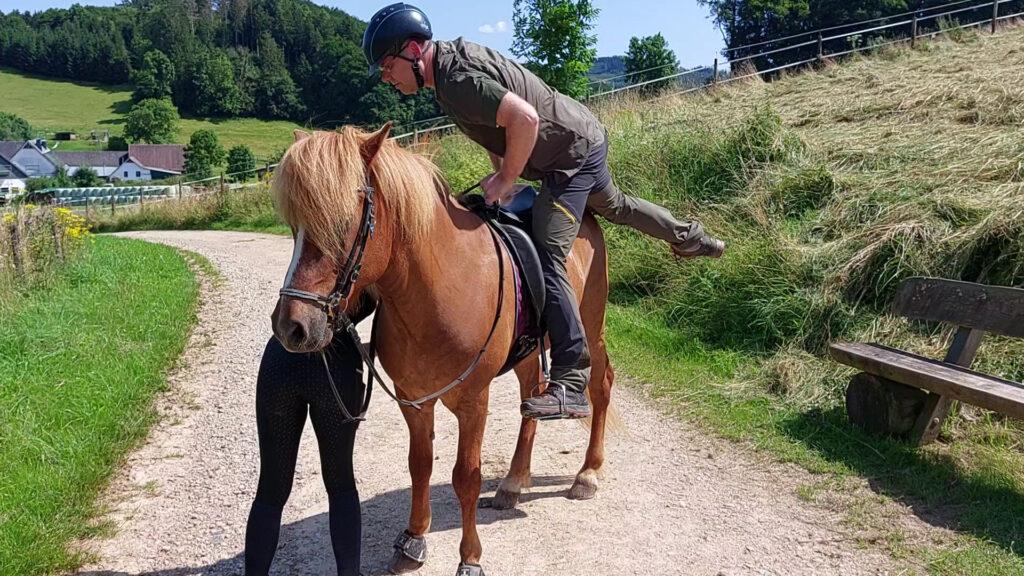 Thomas steigt aufs Pferd.