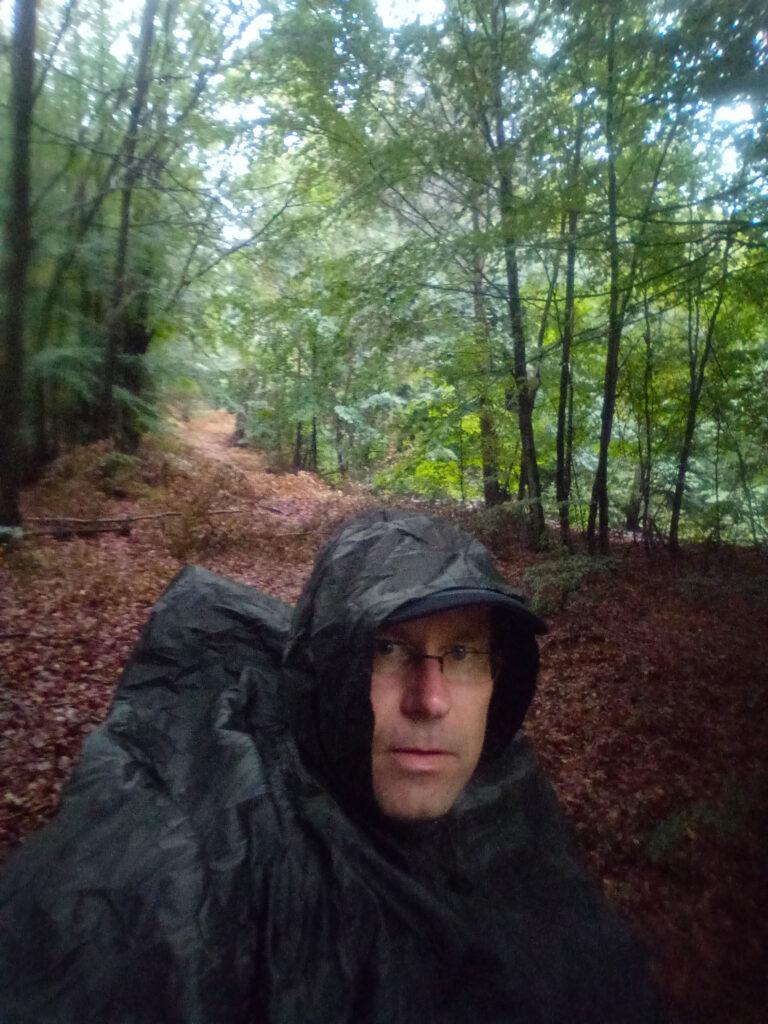 Wandern im Regen auf dem Deutsch-Französischen-Burgenweg mit Regenponcho