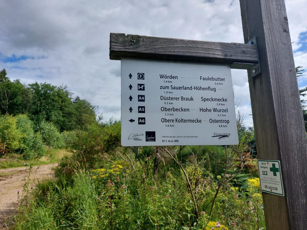 """Wegweiser am Finnentroper Rundweg. 300 Meter vom """"Düsterer Brauk"""" entfernt."""