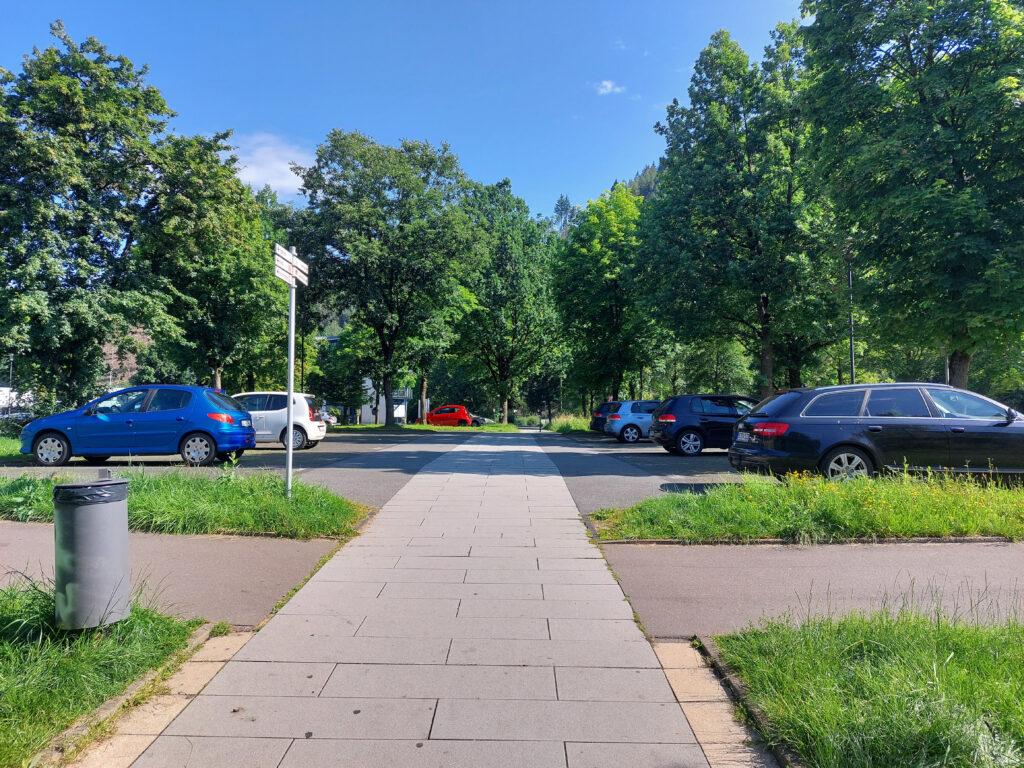 Parkplatz Wigey in Lennestadt-Altenhundem. Der X27 geht mitten über den Parkplatz.