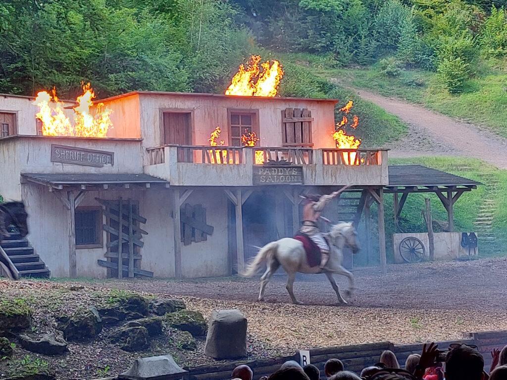 Brennender Saloon im Elspe Festival