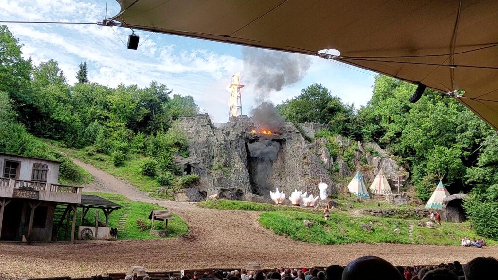 Kurz vor der finalen Explosion im Elspe Festival. Du siehst die Zerstäubung aus mehreren Mörsern.