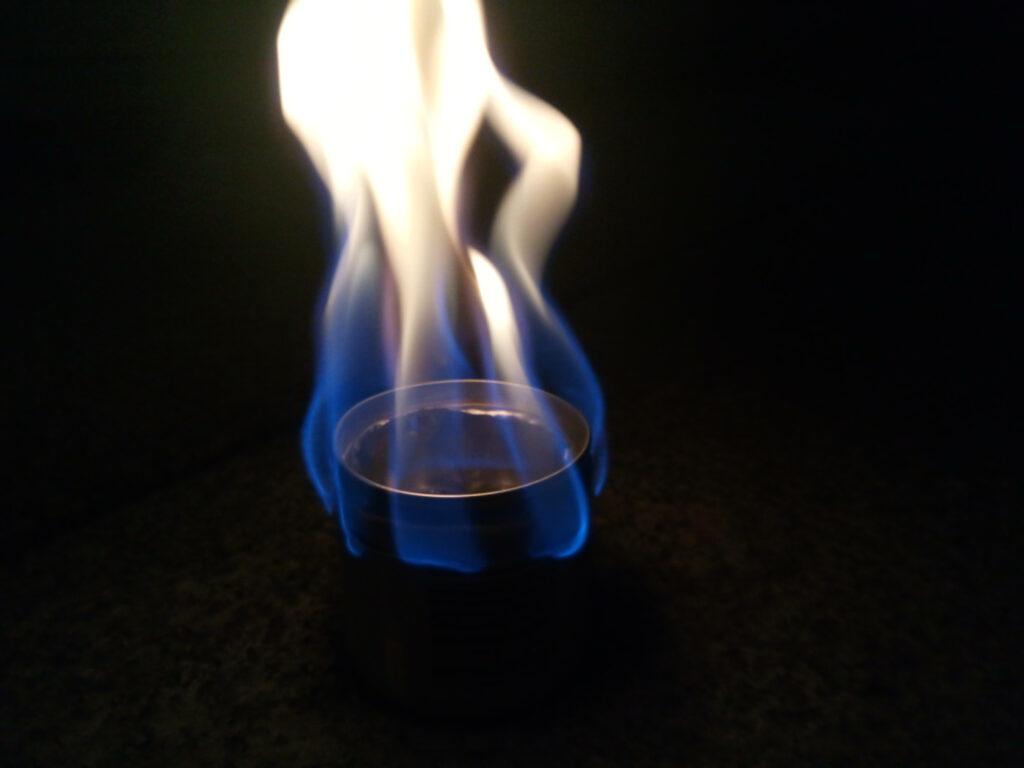 Flamme eines Spiritus-Dosenkochers